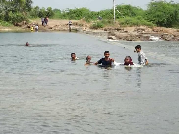 બોટાદના ઈશ્વરીયામાં લોકો ઘેલો નદી જીવના જોખમે પાર કરે છે, પુલ બનાવવામાં નહીં આવે તો ચૂંટણીનો બહિષ્કાર ભાવનગર,Bhavnagar - Divya Bhaskar