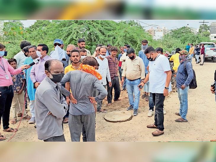 પગ લપસતા મજૂર ગટરમાં પડ્યો, બે સાથીદાર બચાવવા ઉતર્યા: ફસાઈ જતાં ત્રણેયને ગૂંગળામણ|રાજકોટ,Rajkot - Divya Bhaskar