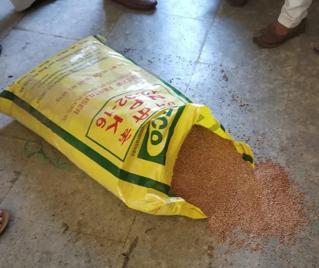 NPK ખાતરમાં રેતી ભેળવવાનું કૌભાંડ ઝડપાયું, 50 કિલોના ખાતરમાં 10 ટકા ભોગાવોની રેતી ભેળવતા હોવાનો ખેડૂતોનો આક્ષેપ જસદણ,Jasdan - Divya Bhaskar
