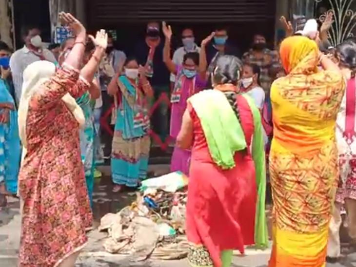 ભાવનગર મનપા કચેરીમાં ગંદકી પર ગરબા યોજી કોંગ્રેસનો વિરોધ, પોલીસે કાર્યકરોની અટકાયત કરી|ભાવનગર,Bhavnagar - Divya Bhaskar