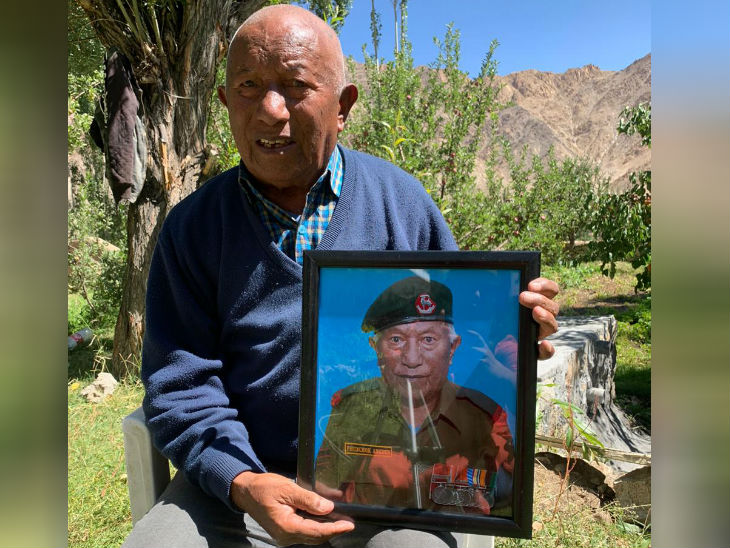 રિટાયર્ડ હવાલદાર ફુંચુક અંગદોસ 80 વર્ષના છે. ચીન સાથે 1962નું યુદ્ધ લડ્યા છે, ત્યારે તેમની ઉંમર માત્ર 23 વર્ષની હતી.