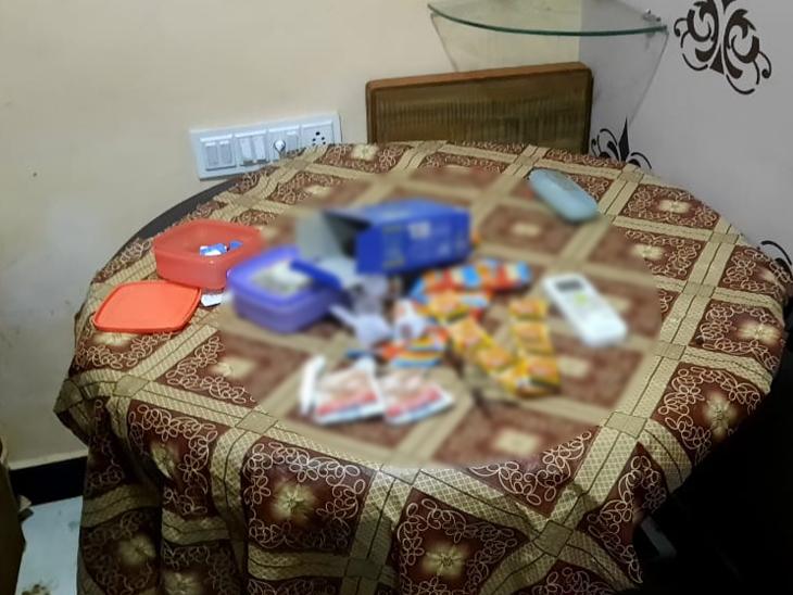 રૂમમાંથી પ્લાસ્ટિક કોઈનની સાથે પાન-મસાલા અને ગુટખા મળી આવી હતી
