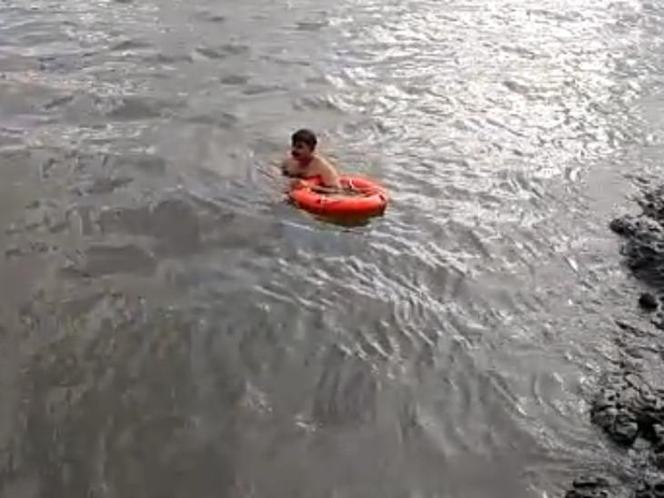 તાપી નદીમાં કૂદી પડેલા યુવાનની શોધખોળ ફાયર વિભાગ દ્વારા ચાલી રહી છે - Divya Bhaskar