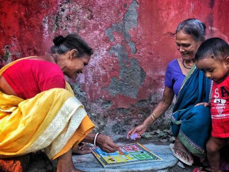 ઝૂપડપટ્ટીના લોકો શહેરમાં મજૂરી કરે છે અને તેમની મહિલાઓ આજુબાજુની ઈમારતોમાં ઘરેલુ કામ કરવા માટે જાય છે
