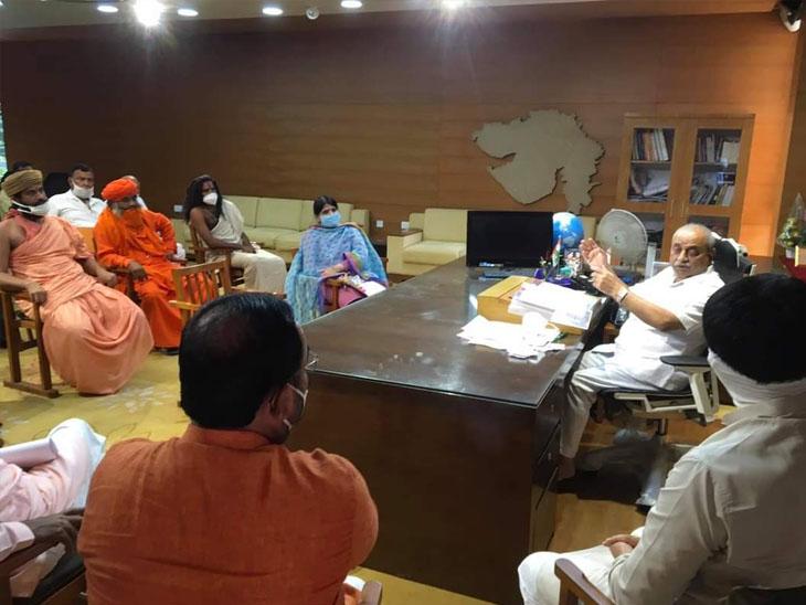 બનાસકાંઠા જીલ્લાની ગૌશાળા પાજરાપોળના સંચાલકોએ સહાય આપવા મામલે  ગાધીનગરમાં રજૂઆત કરી હતી. - Divya Bhaskar