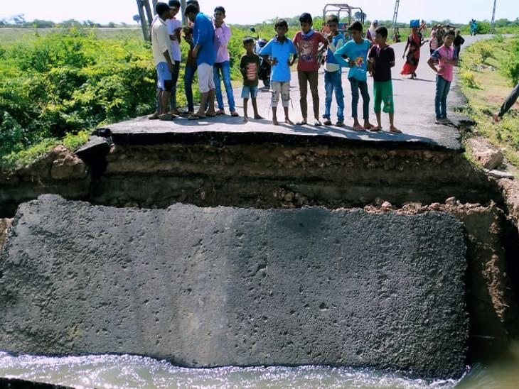 કોડીનારના વેલણ- માધવાડ ગામ વચ્ચેનો કોઝવે પરનો બ્રિજ તૂટતા  અવર-જવર બંધ થઈ - Divya Bhaskar