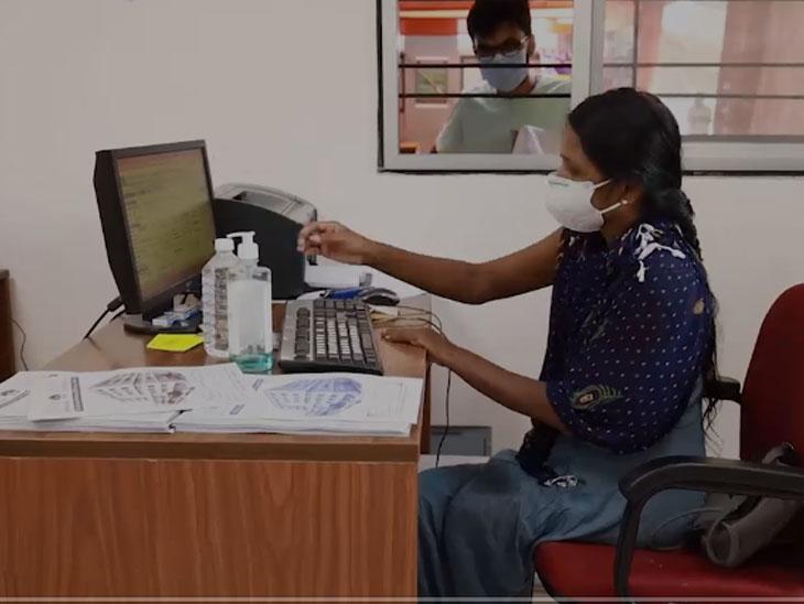 રાજકોટમાં કોરોના સંક્ર્મણ વચ્ચે કોમ્પ્યુટર, કેસબારી અને વહીવટી કામગીરી કરતા કોવિડ હોસ્પિટલના 18 દિવ્યાંગો|રાજકોટ,Rajkot - Divya Bhaskar