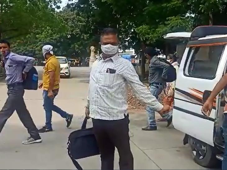 ઇકો કારમાંથી ઉતરેલા ભરૂચ કલેક્ટર કચેરીના કર્મચારીઓ - Divya Bhaskar