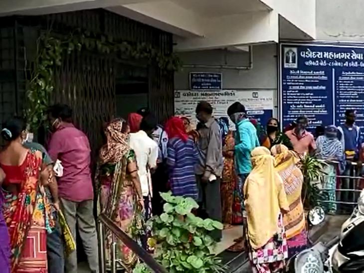 નાગરવાડા વિસ્તારમાં આવેલી વોર્ડ નં-8ની ઓફિસ બહાર ટોળા ઉમટ્યા - Divya Bhaskar