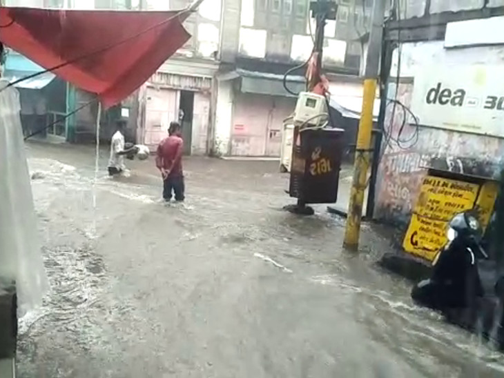 અઢી ઈંચ વરસાદથી રાજુલા પાણી પાણી, મેઈન બજારમાં નદીની જેમ પાણી વહ્યું - Divya Bhaskar