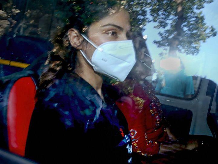 આ તસવીર આઠ સપ્ટેમ્બરની છે. આ જ દિવસે NCBએ રિયાની ધરપકડ કરી હતી અને બીજા દિવસે ભાયખલા જેલમાં શિફ્ટ કરી હતી - Divya Bhaskar