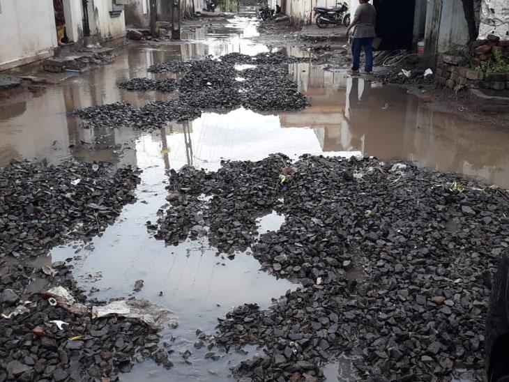 વરસાદ પડતા રો-મટીરિયલ પલળી ગયું - Divya Bhaskar