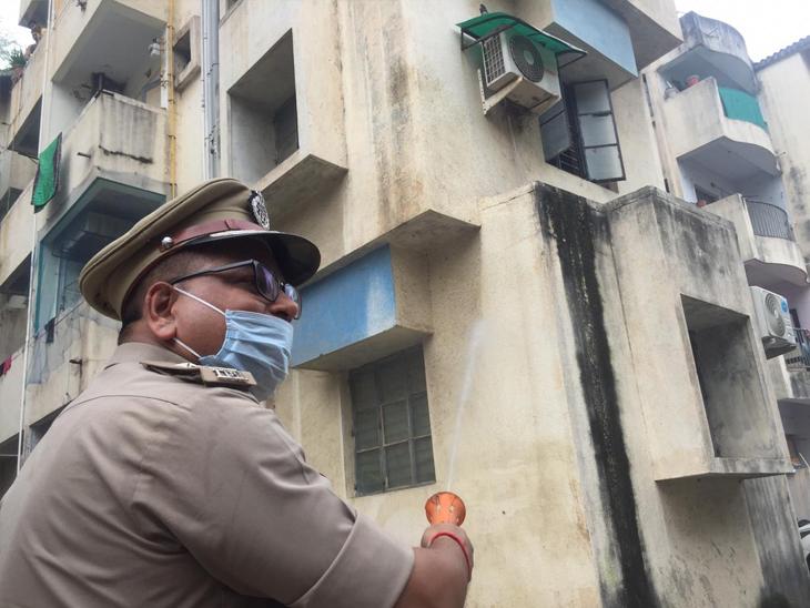 આજે શહેરની મોટી પોલીસ લાઈન દાણીલીમડાને સેનેટાઈઝ કરવામાં આવી