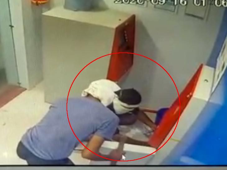 તસ્કરો ATM મશીન તોડતા CCTV કેમેરામાં કેદ થઈ ગયા છે. - Divya Bhaskar
