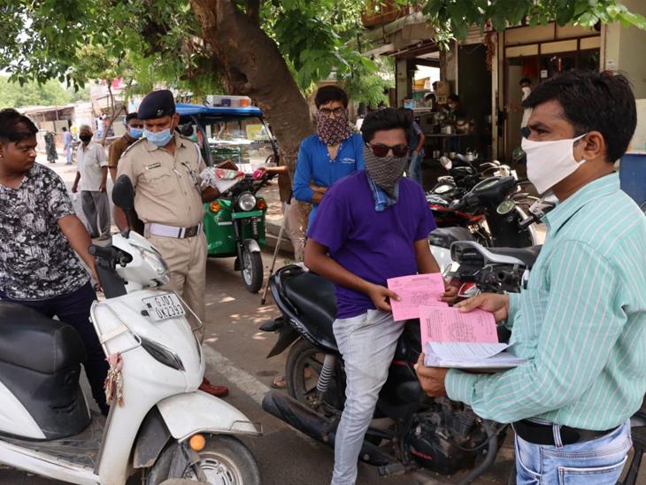 છેલ્લા ત્રણ મહિનામાં શહેર પોલીસે 1.82 લાખ જેટલા અમદાવાદીઓ પાસેથી રૂ.5.13 કરોડનો દંડ વસૂલ કર્યો છે. - Divya Bhaskar