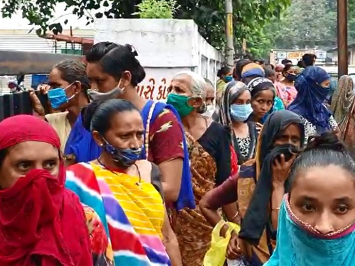 પાલિકાની કચેરી બહાર આત્મનિર્ભર યોજનાની સહાય માટે લાઇનો લાગતા સોશિયલ ડિસ્ટન્સનો ભંગ થઇ રહ્યો છે - Divya Bhaskar