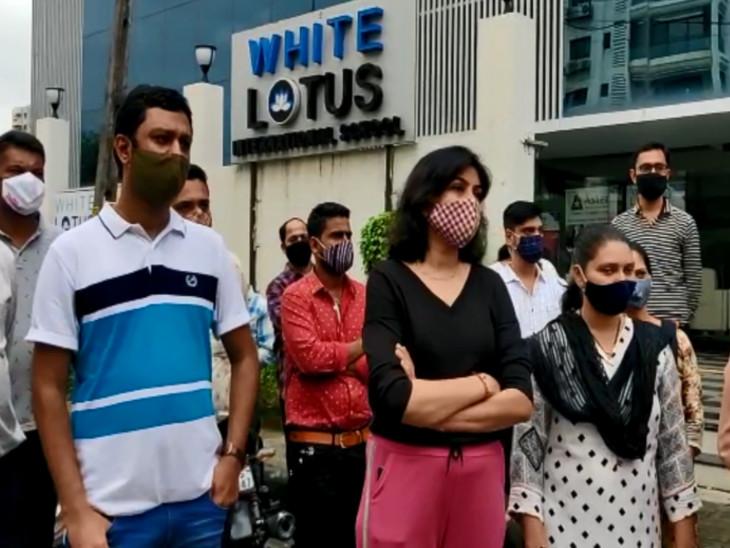 સુરતમાં વેસુની વ્હાઇટ લોટસ સ્કૂલે ફી બાબતે દબાણ કરતા વાલીઓનો વિરોધ|સુરત,Surat - Divya Bhaskar