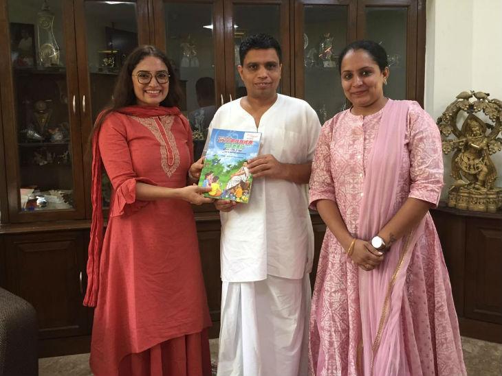 ગીતા સિંહ પતંજલિના કો-ફાઉન્ડર આચાર્ય બાલકૃષ્ણ સાથે. તેમની કંપનીએ પતંજલિ માટે ઘણા પ્રોજેક્ટ પર કામ કર્યું છે.