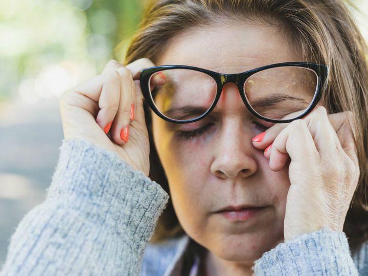 કોરોનાવાઈરસ આંખો દ્વારા પણ શરીરમાં પ્રવેશ કરી શકે છે, કંજંક્ટિવાઇટિસ તરીકે તેના લક્ષણો દેખાય છે; ચશ્મા પહેરનાર લોકોમાં ઓછું જોખમ|કોરોના - વેક્સિનેશન,Coronavirus - Divya Bhaskar