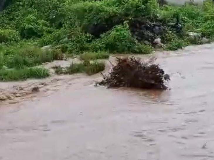 સુખપુરમાં ભારે વરસાદથી મગફળીના પાથરા તણાયા, ખેડૂતોને નુકસાન