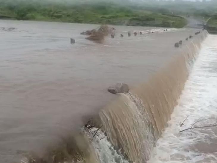 ભારે વરસાદથી વાંકીયા ગામને જોડતા કોઝવે પર વરસાદી પાણી ફરી વળ્યું છે