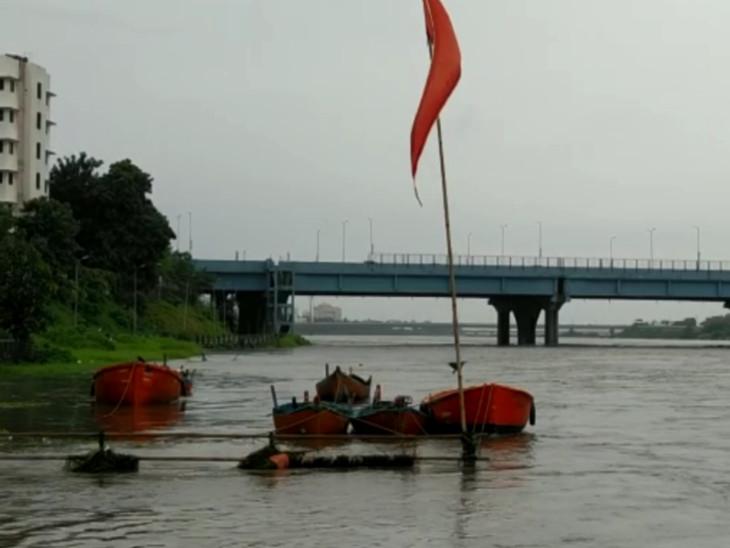 ઉકાઈ ડેમમાંથી પાણી છોડાતા તાપી નદીનું રોદ્ર સ્વરૂપ, ઓવારાઓ પર પાણી ફરી વળ્યા, નદી કિનારે ન જવા સૂચના|સુરત,Surat - Divya Bhaskar