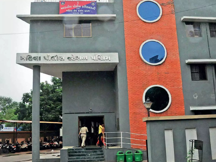 મહિલા પોલીસ સ્ટેશનની બહારથી કોન્સ્ટેબલનું સ્કૂટર ચોર લઈ ગયા, સ્કુટરમાં પોલીસનો યુનિફોર્મ, RC બુક અને કેપ હતી|અમદાવાદ,Ahmedabad - Divya Bhaskar
