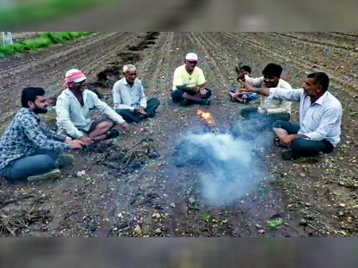 ધોરાજીમાં ખેડૂતોએ ખેતરમાં મગફળીનો યજ્ઞ અને રામધૂન યોજી અનોખો વિરોધ વ્યક્ત કર્યો ધોરાજી,Dhoraji - Divya Bhaskar