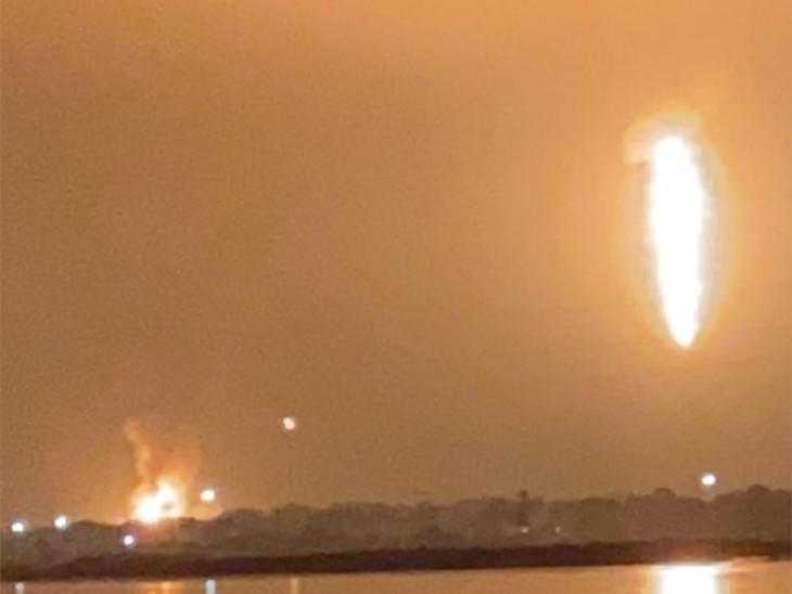 ONGCમાં રાત્રિના સમયે લાગેલી આગ પર કાબૂ મેળવવા માટે ચીમનીમાંથી ગેસ બાળવામાં આવ્યો હતો.(તસવીરમાં ટર્મિનલમાં લાગેલી આગ અને ચીમનીમાંથી સળગતો ગેસ બન્ને કેદ થયા છે.) - Divya Bhaskar