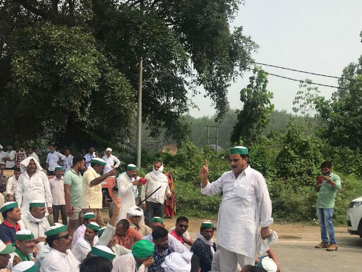ભારતીય કિસાન યૂનિયને મજફ્ફરનગરમાં દેખાવો શરૂ કર્યા છે. નેતા માઈકથી ખેડૂતોને સંબોધિત કરી રહ્યાં છે.