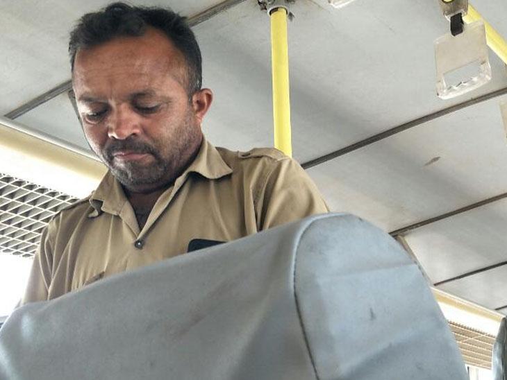 બસમાં માસ્ક વિના મુસાફરોને ટિકીટ કાપતા કંડક્ટર કેમેરામાં કેદ થયા - Divya Bhaskar