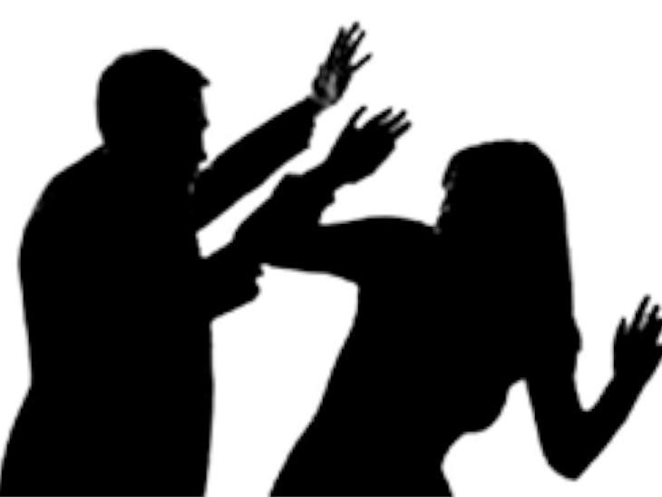 પતિએ ચપ્પુથી હુમલો કરતાં પત્નીને સારવાર માટે સિવિલ હોસ્પિટલમાં દાખલ કરવામાં આવી છે.(પ્રતિકાત્મક ફાઈલ તસવીર) - Divya Bhaskar