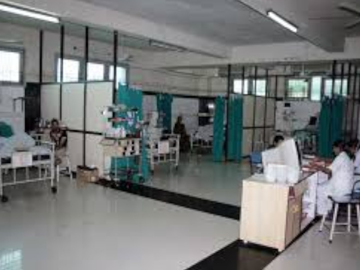 પાલિકા કર્મચારીઓ કોરોનાની કામગીરી કરતાં કરતાં સંક્રમિત થયા છે. (સ્મિમેર હોસ્પિટલની ફાઈલ તસવીર) - Divya Bhaskar