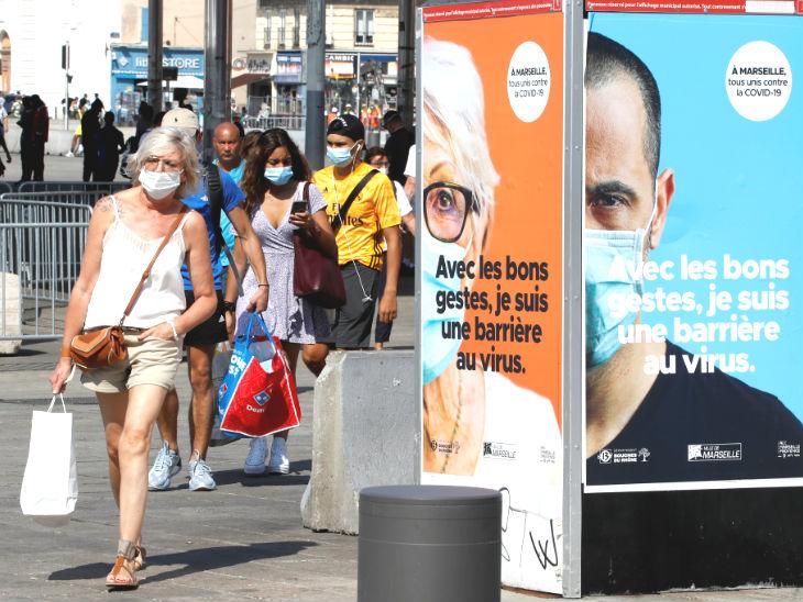 ફોટો ફ્રાન્સના માર્સેલીમાં આવેલા ઓલ્ડ બંદરનો છે. કોરોના વાયરસને કારણે લોકો માસ્ક પહેરેલા જોવા મળે છે. દેશમાં ચેપગ્રસ્ત લોકોની સંખ્યા 5 લાખથી વધુ થઈ ગઈ છે. -ફાઇલ ફોટો - Divya Bhaskar