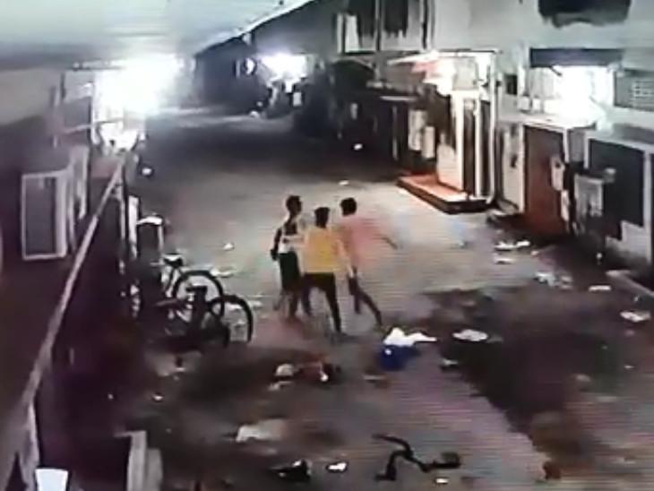 યુવકને ચપ્પુના ઘા મારતા બે CCTVમાં કેદ થઈ ગયા - Divya Bhaskar