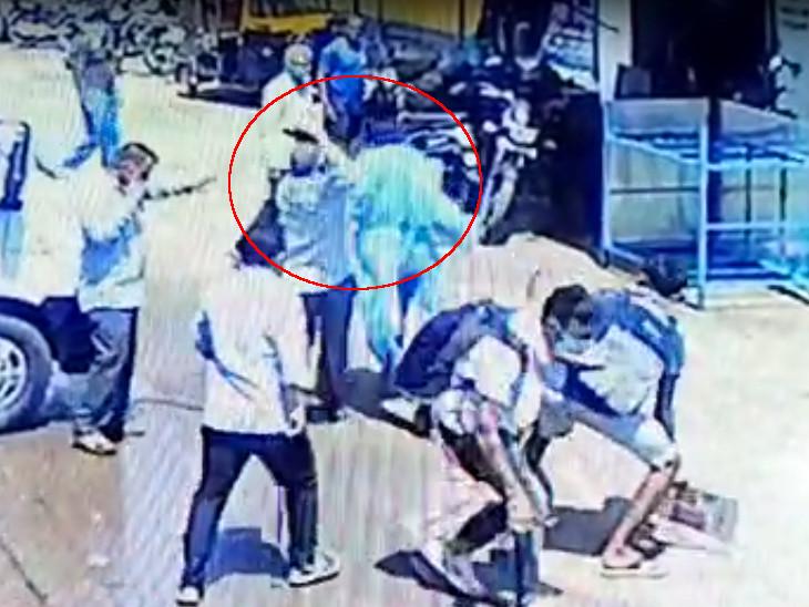 કોરોનાગ્રસ્ત દર્દીના મોત બાદ સંબંધીઓએ એમ્બ્યુલન્સના ડ્રાઈવર પર હાથ ઉપાડ્યો હતો. - Divya Bhaskar
