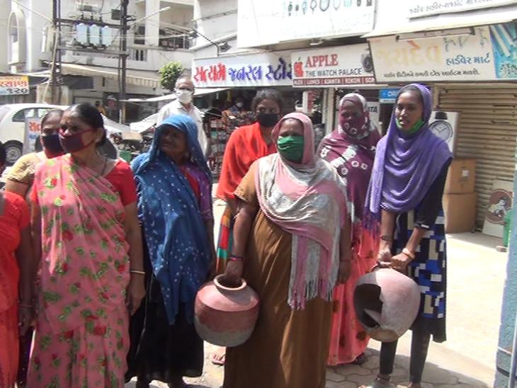 રાજકોટના વોર્ડ નંબર 13-14માં છેલ્લા 6 મહિનાથી દૂષિત પાણી અપાતા મહિલાઓએ માટલા ફોડી વિરોધ કર્યો|રાજકોટ,Rajkot - Divya Bhaskar