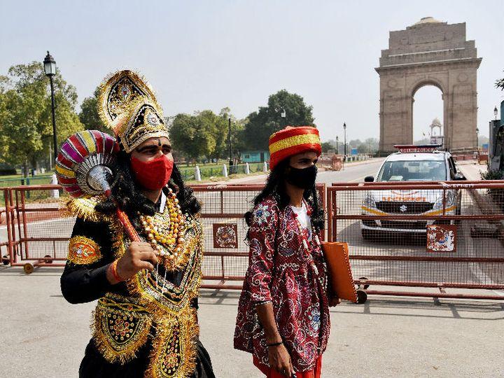 આ તસવીર નવી દિલ્હીના કનોટ પ્લેસનો છે. એક યુવક યમરાજ બની લોકોને ફેસમાસ્ક પહેરવા માટે જાગૃત કરી રહ્યો છે - Divya Bhaskar