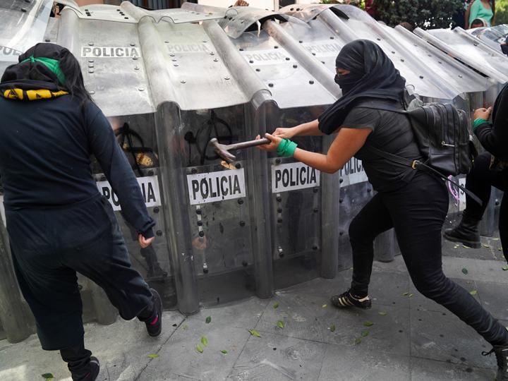 મહિલાઓએ હથોડાથી સુરક્ષા કવચને તોડવા પ્રયાસ કર્યો. આ ઘટનામાં અમુક મહિલાઓ અને પોલીસકર્મીઓ પણ ઘવાયા હતા.