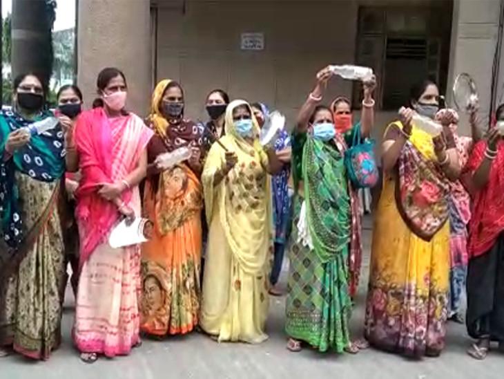 રાજકોટમાં દૂષિત પાણી મુદ્દે વોર્ડ નં.13ની મહિલાઓએ મનપા કચેરીમાં થાળી વગાડી વિરોધ કર્યો, ગંદા પાણીની બોટલો બતાવી|રાજકોટ,Rajkot - Divya Bhaskar