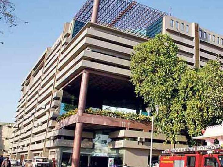 AMCના પે એન્ડ પાર્કના કોન્ટ્રક્ટરોએ લાયસન્સ, પરવાના ફી અને વધારાની ફી ભરવામાંથી મુક્તિ માંગી, સ્ટેન્ડિંગ બેઠકમાં મંજૂરી અપાશે અમદાવાદ,Ahmedabad - Divya Bhaskar