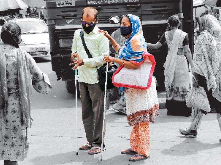 મંગળવારે ભદ્ર બજારમાં એક પ્રજ્ઞાચક્ષુ દંપતીએ માસ્ક પહેરીને તેમની દીર્ઘદૃષ્ટિ બતાવી હતી. - Divya Bhaskar