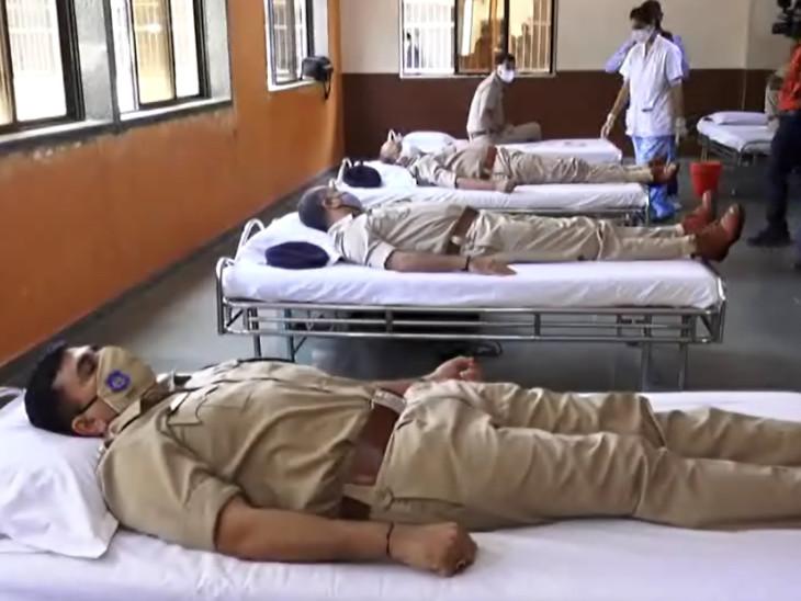 પોલીસ કર્મચારીઓએ રક્તદાન કરીને લોકોને બ્લડ ડોનેટ કરવા માટે અપીલ કરી હતી. - Divya Bhaskar