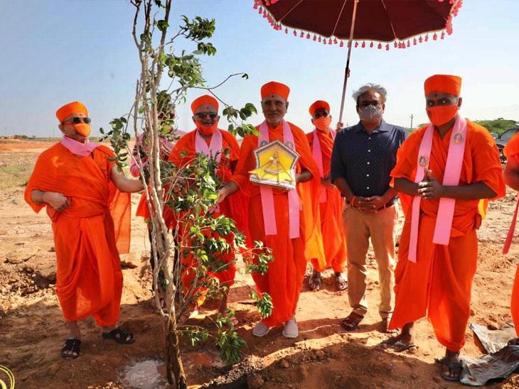 સ્વામિનારાયણ ગાદી, મણિનગરના દિવંગત આચાર્ય પુરુષોત્તમપ્રિયદાસજીની પૂણ્ય સ્મૃતિમાં વૃક્ષારોપણ અમદાવાદ,Ahmedabad - Divya Bhaskar