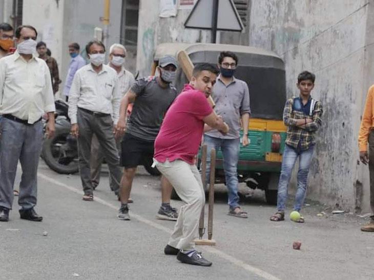 માસ્ક વગર ગલી ક્રિકેટ રમતા MLA હર્ષ સંઘવી વિરુદ્ધ ગુનો દાખલ કરવા અરજી|સુરત,Surat - Divya Bhaskar
