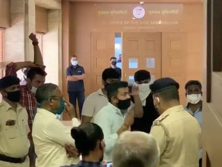 NSUIના કાર્યકર્તાઓએ વિરોધ કર્યો હતો - Divya Bhaskar