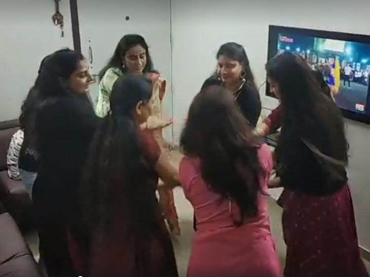 યુનિવર્સિટી રોડ પર આવેલા એપાર્ટમેન્ટમાં મહિલાઓ ઘરમાં જ ગરબે ઘૂમી