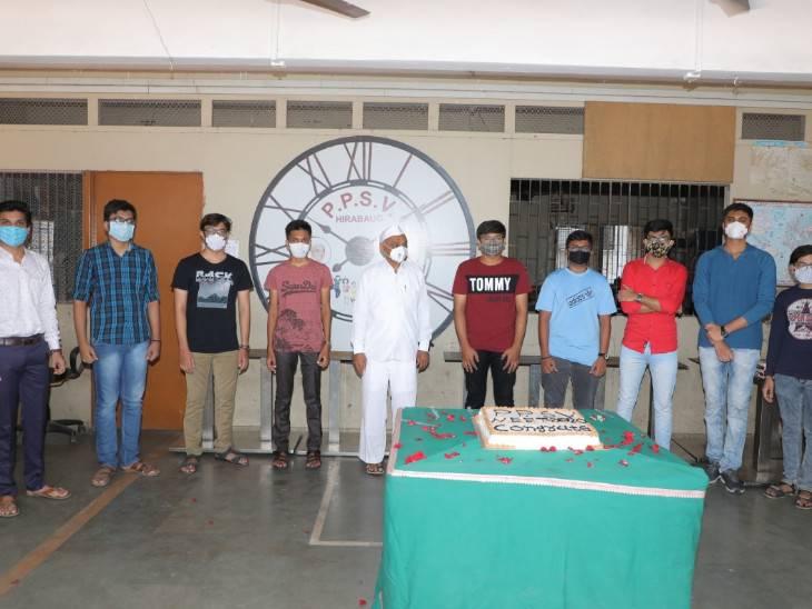 સફળ થયેલા વિદ્યાર્થીઓએ કેક કાપીને ઉજવણી કરી હતી
