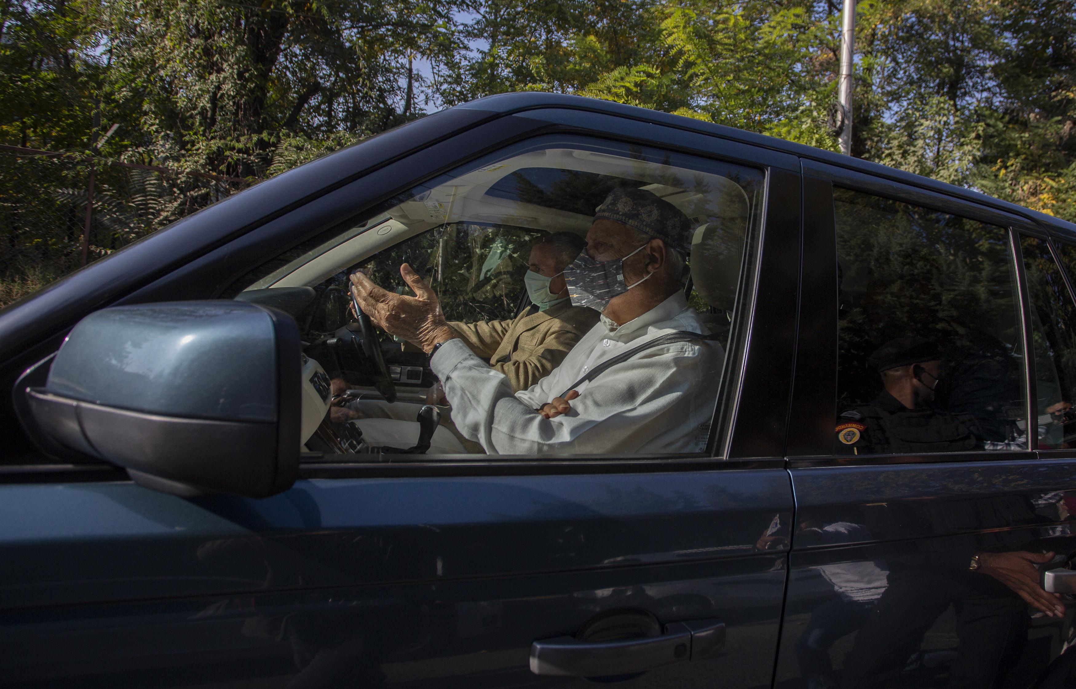 મેહબૂબા મુફ્તીને મળવા તેમના ઘરે જઈ રહેલા ફારૂક અબ્દુલ્લા અને તેમના પુત્ર ઉમર અબ્દુલ્લા