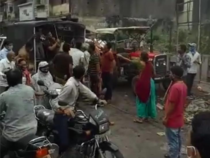 સુરતના પુણામાં રખડતા ઢોર પકડવા ગયેલી પાલિકાની ટીમ પર પશુપાલકોનો હુમલો|સુરત,Surat - Divya Bhaskar